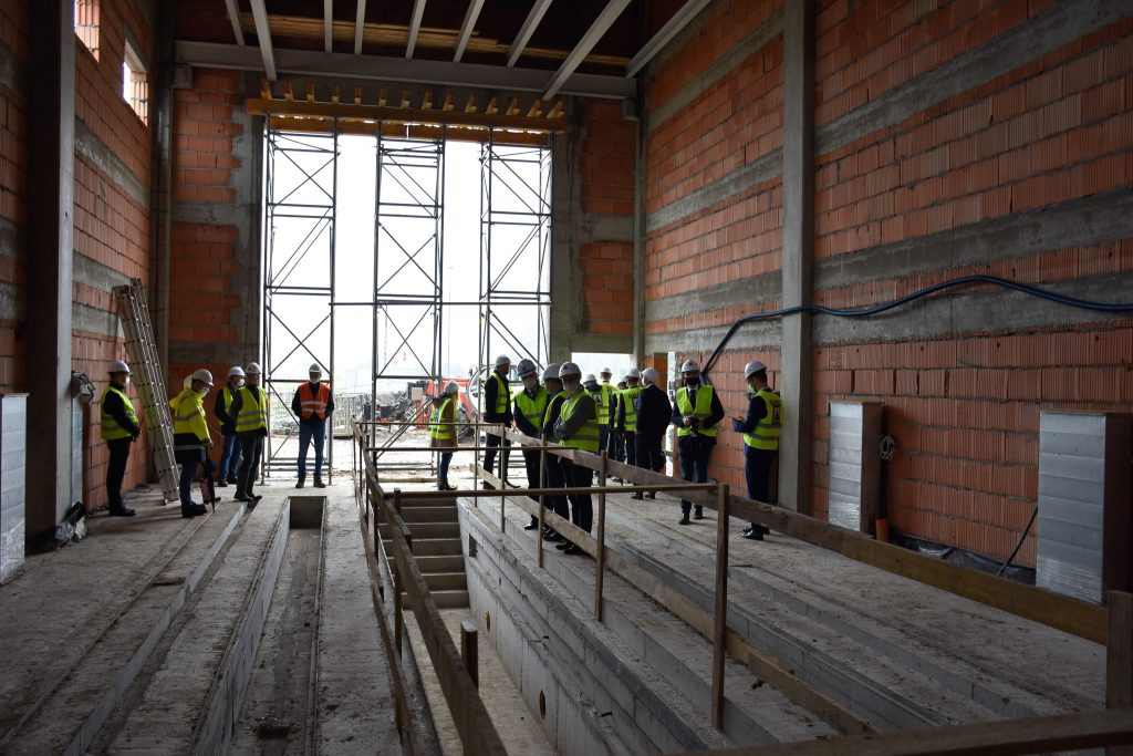 Przedstawiciele Kolei Wielkopolskich i firmy ALSTAL zwiedzają budynek PUT w Wągrowcu