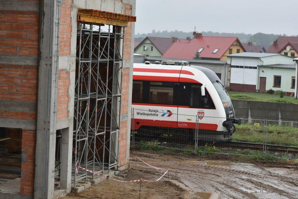 Pociąg Kolei Wielkopolskich na tle budowy PUT w Wągrowcu