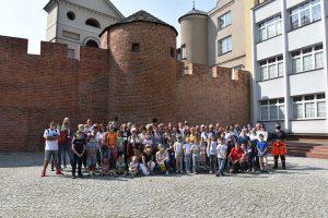 Grupa uczestników Rodzinnych Podróży do Kalisza