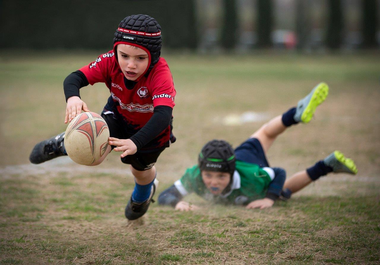 Zdjęcie konkursowe z wystawy pod tytułem Dziecko - Dwójka dzieci grająca w piłkę