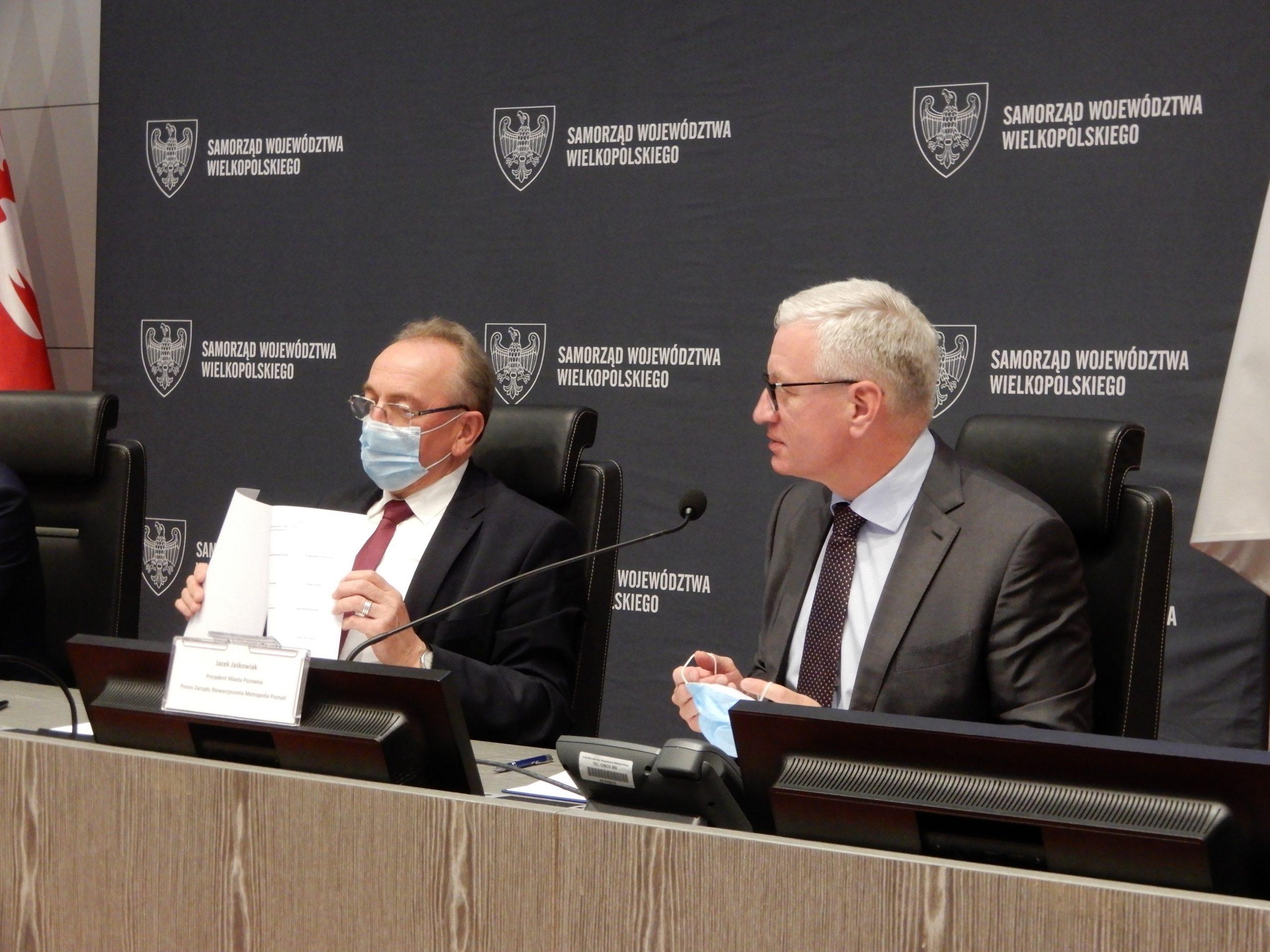 Zdjęcie przedstawiające Prezydenta Poznania i Wicemarszałka Województwa Wielkopolskiego podczas podpisywania porozumienia