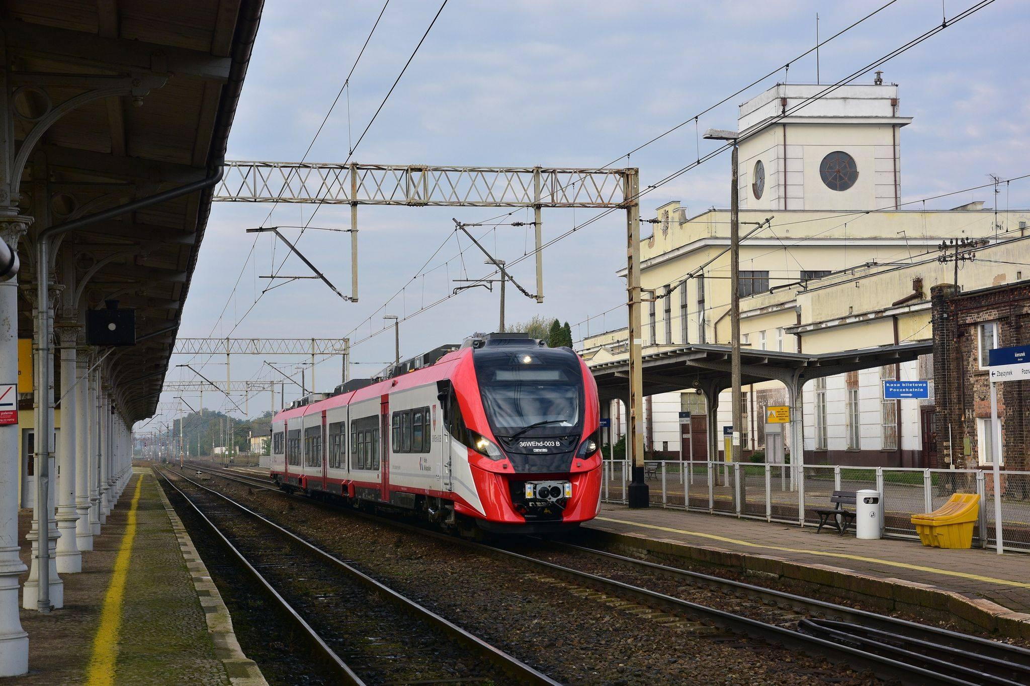 Zdjęcie pociągu 36WEhd stojącego na stacji