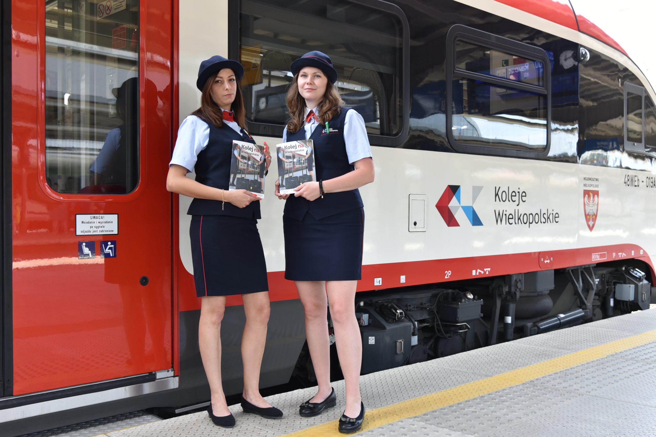 Konduktorki z magazynem pokładowym przed pociągiem