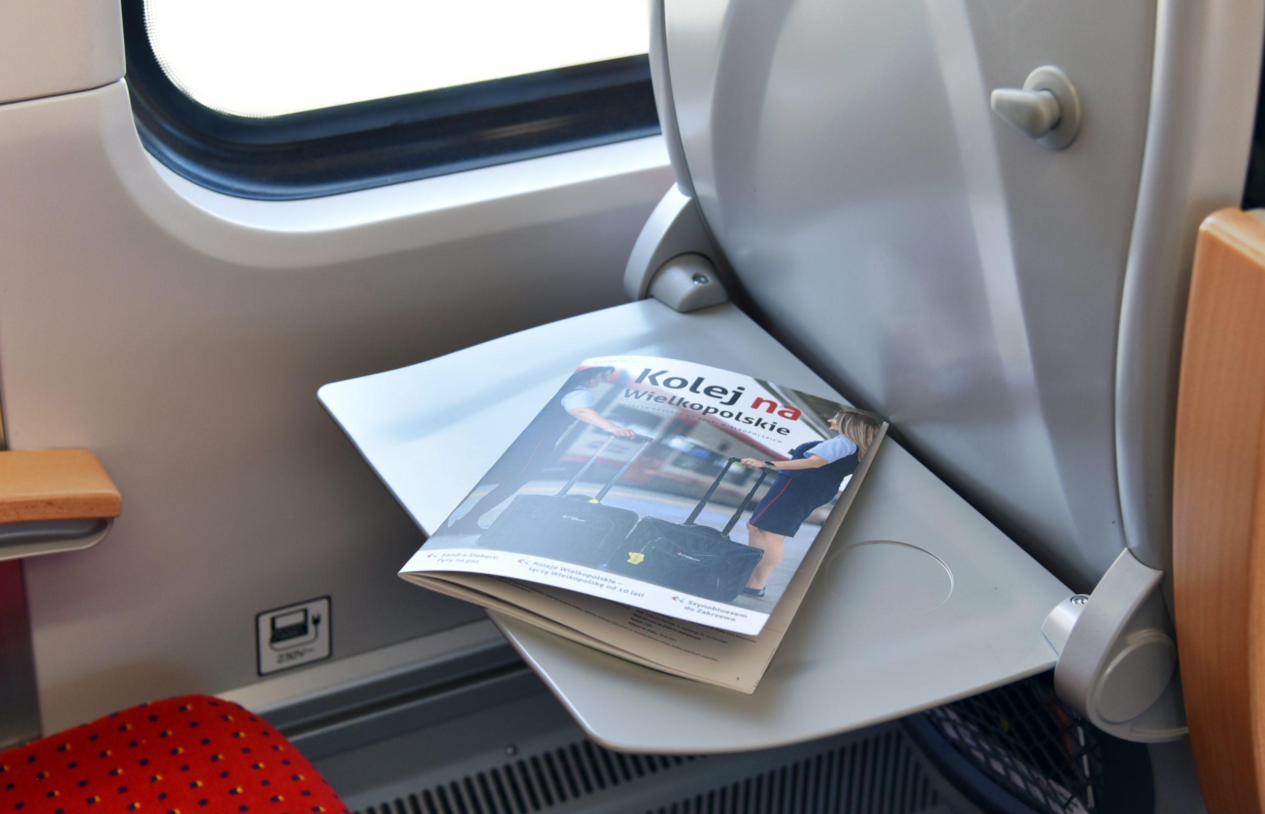 Magazyn pokładowy KW na stoliku w pociągu