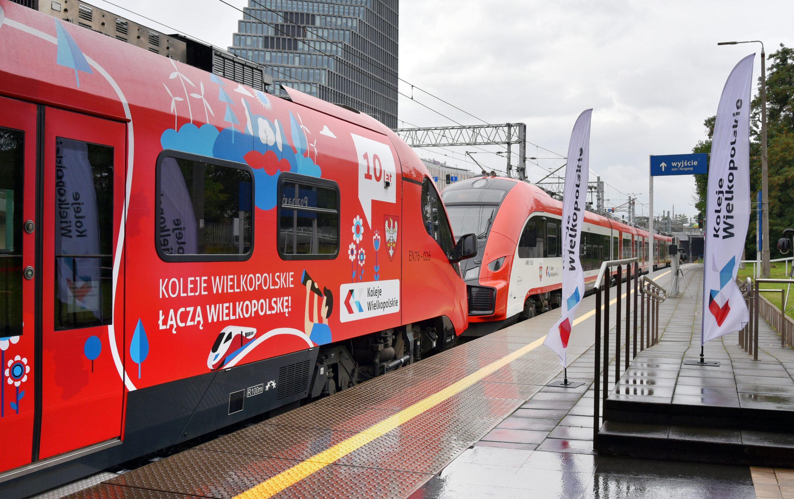 Dwa pociągi przy peronie 4B