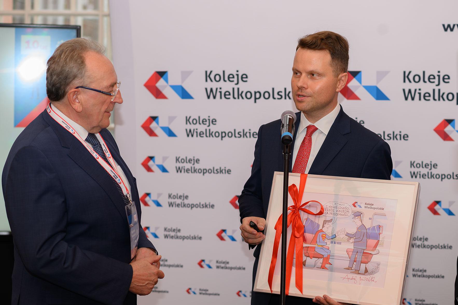 Wiceprezes wręcza obraz Wicemarszałkowi Województwa