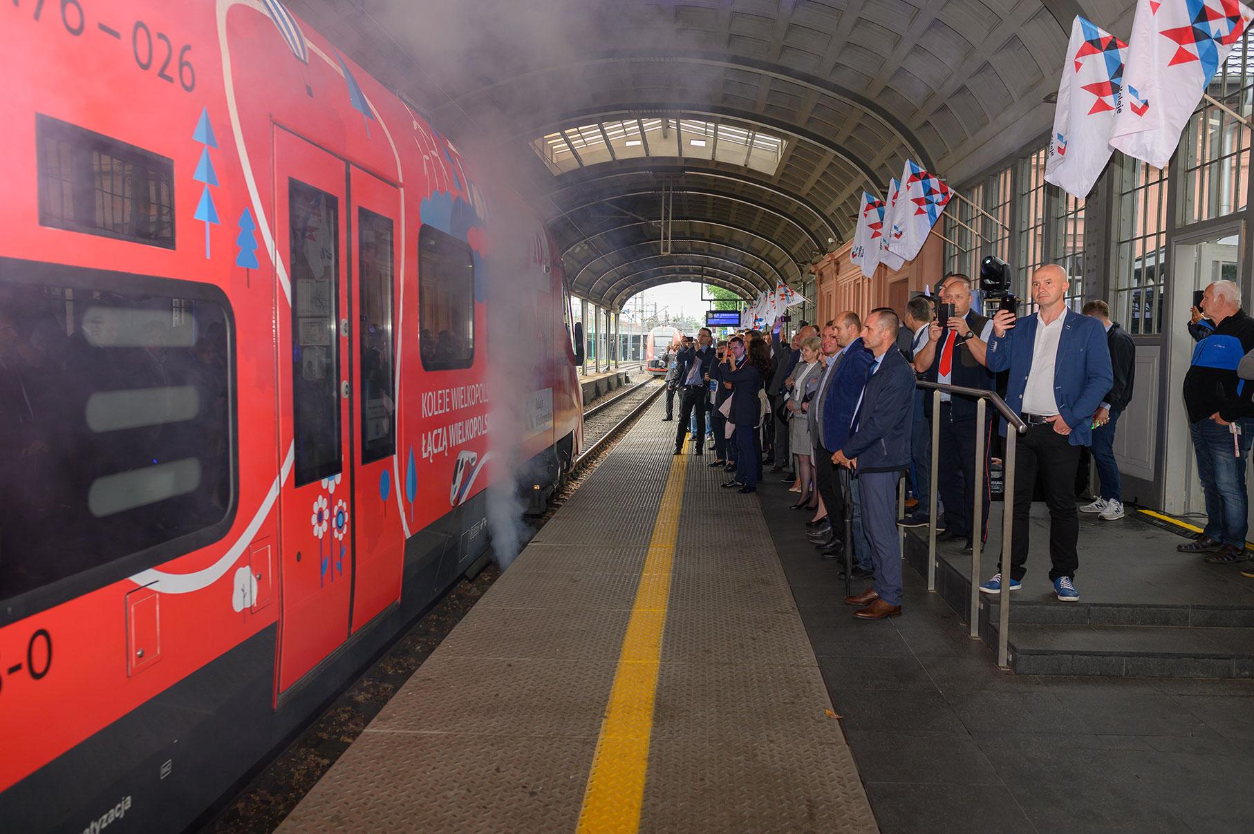 Wjazd oklejonego pociągu na peron