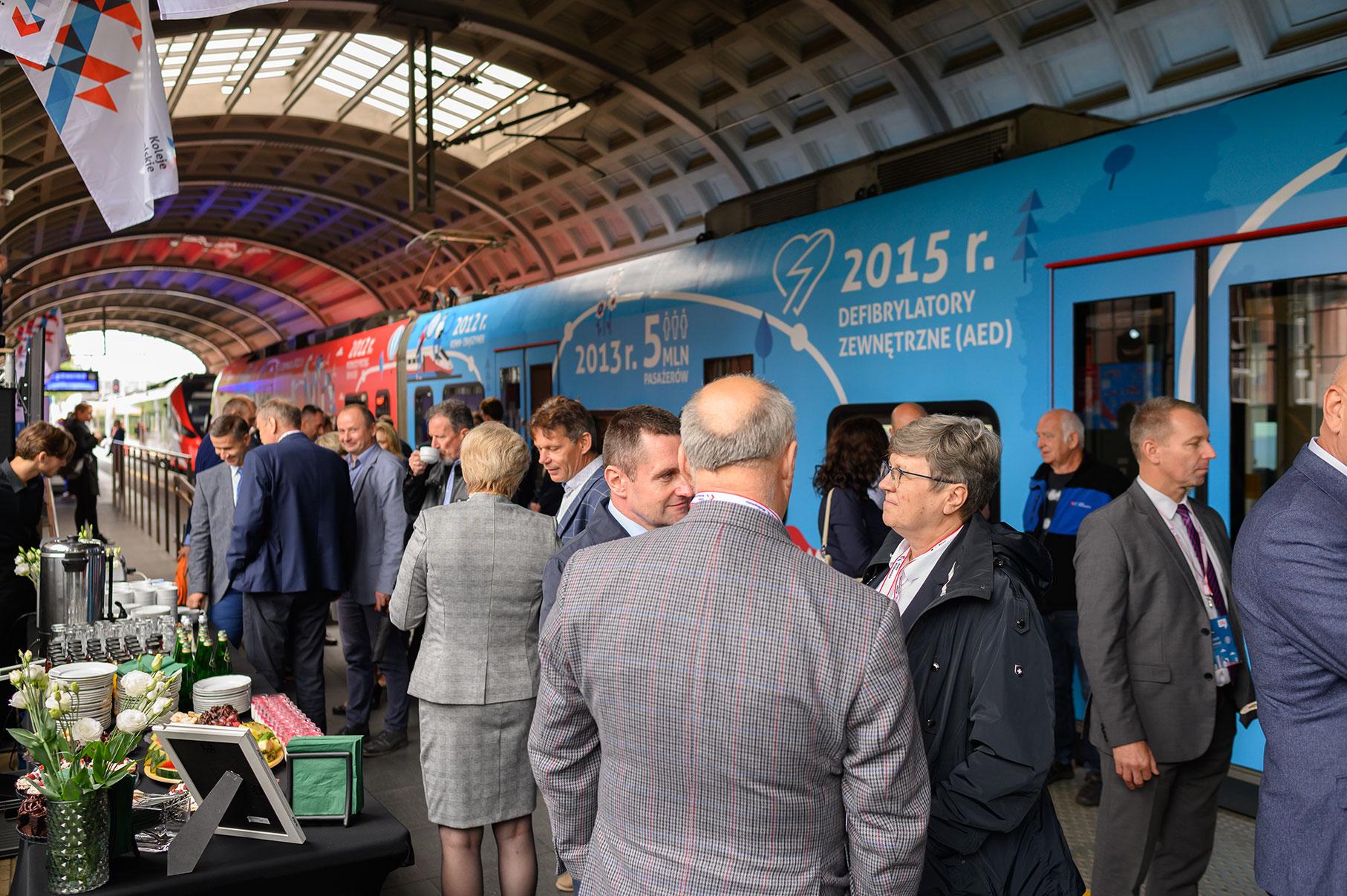 Goście uroczystości przed pociągiem